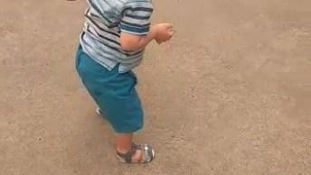 Momento De Uma Criança Dando Os Primeiros Passinhos, Confira!