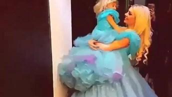 Mulher E Criança Vestidas De Princesa, A Criança Deve Estar Radiante!