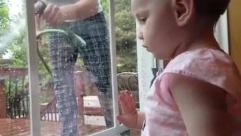 O Reflexo De Uma Criança, Que Menina Engraçadinha, Confira!