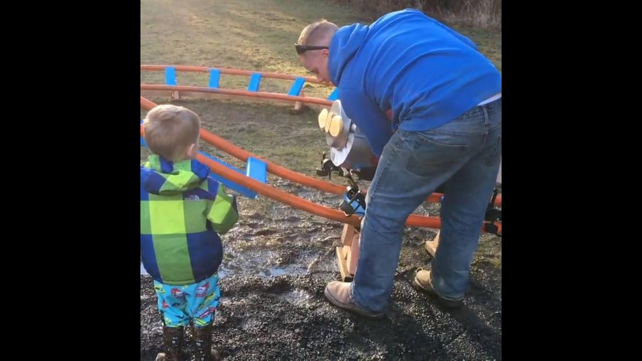 Pai constrói uma mini montanha russa para seu filho