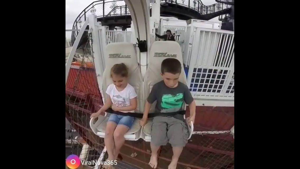 Reação de garotinho e garotinha andando e