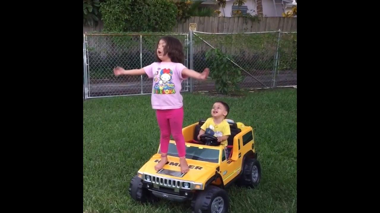 Video de crianças fazendo coisas engraçadas