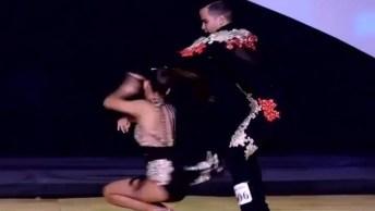 Apresentação De Dança De Salão, Veja Como Este Casal Arrasa!