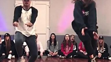 Apresentação De Dança Em Companhia De Dança, Olha Só Que Legal Este Dois!