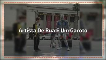 Artista De Rua Interagindo Com Garoto, Olha Só Que Legal Estes Dois!