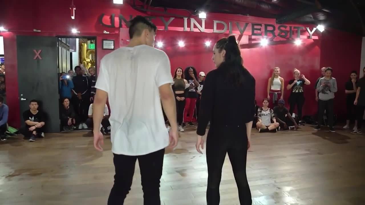 Casal dançando em pátio, eles mandaram muito bem