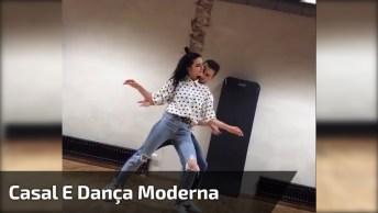 Casal Dançando Juntos De Uma Forma Super Diferente E Atual!