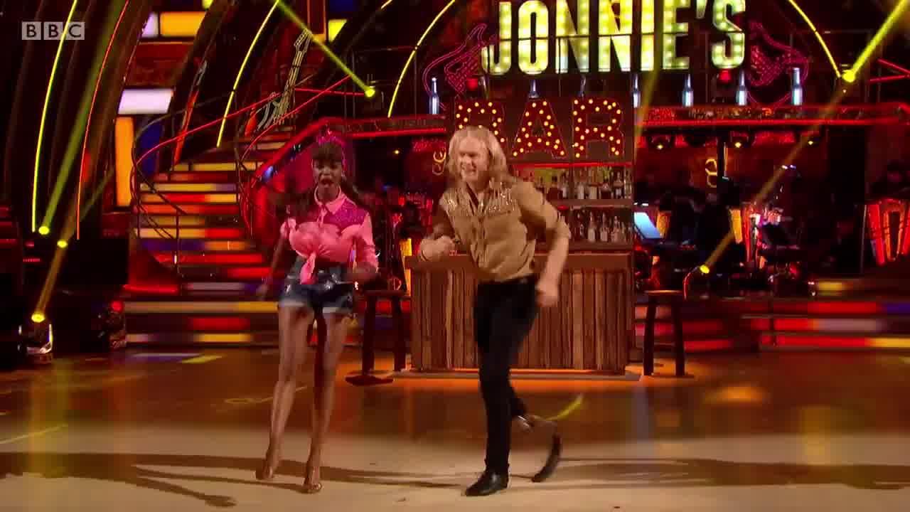Casal dançando perfeitamente uma musica bem animada, confira!