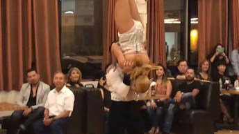 Casal Dançando Salsa, Muito Legal Ver A Sincronia Deles!