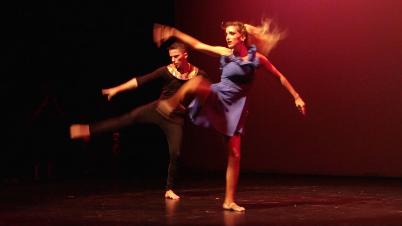 Casal dançando uma dança artística e sensual