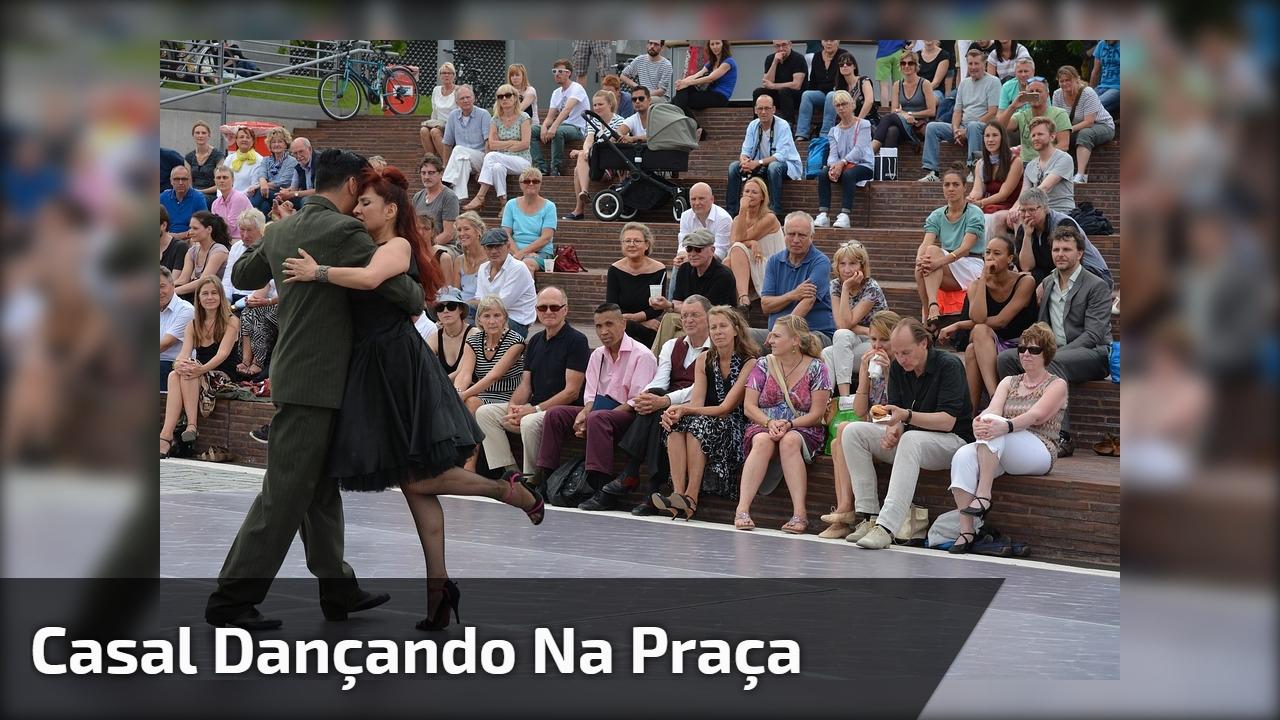 Casal dançando na praça