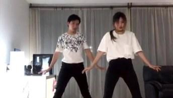 Casal De Irmão Dançando Na Sala, Chame Seu Irmão E Comece A Ensaiar!