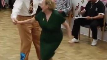 Casal De Senhor E Senhora Participando De Competição De Dança, Muito Legal!