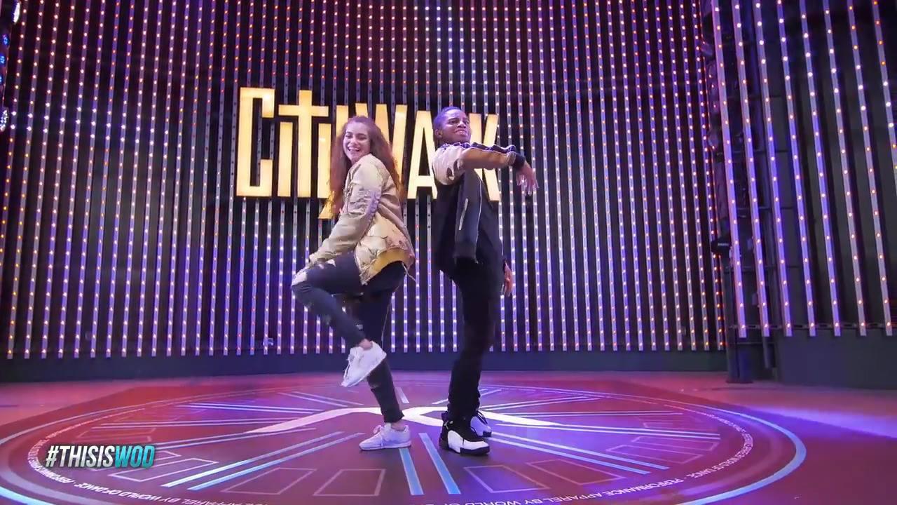 Casal fazendo coreografia divertida e sincronizada de dança eletrônica