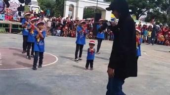 Dança De Escola, A Criança Chama A Atenção, Confira Que Coisa Mais Fofa!