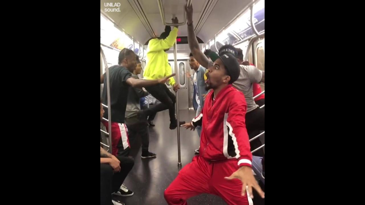 Dança dentro do trem, esses caras arrasaram nos passinhos