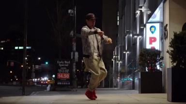 Dança Robótica No Meio Da Rua, Um Talento Incrível Desse Dançarino!