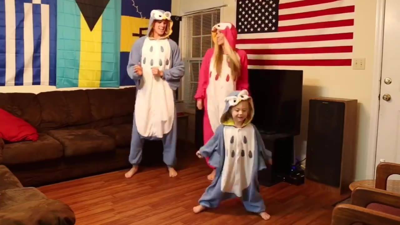 Família de pijama dançando, olha só como esta garotinha arrasa!!!