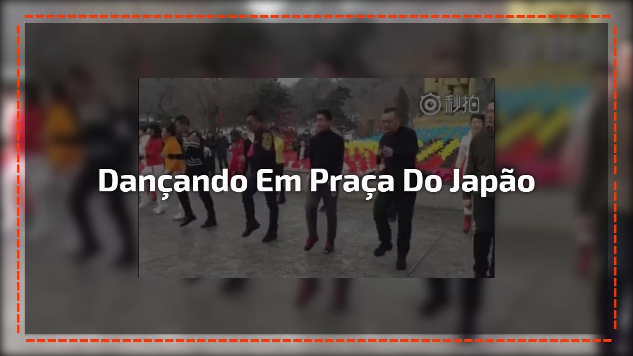 Dançando em praça do Japão