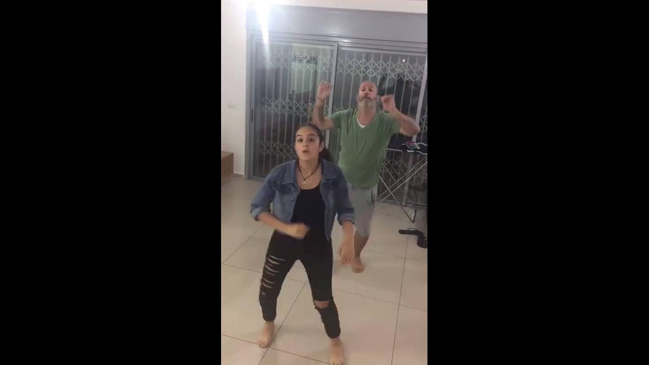 Garota dançando e pai resolve dançar atras dela