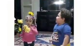 Garotinho Dançando E Querendo Que Sua Irmãzinha Dance Também!