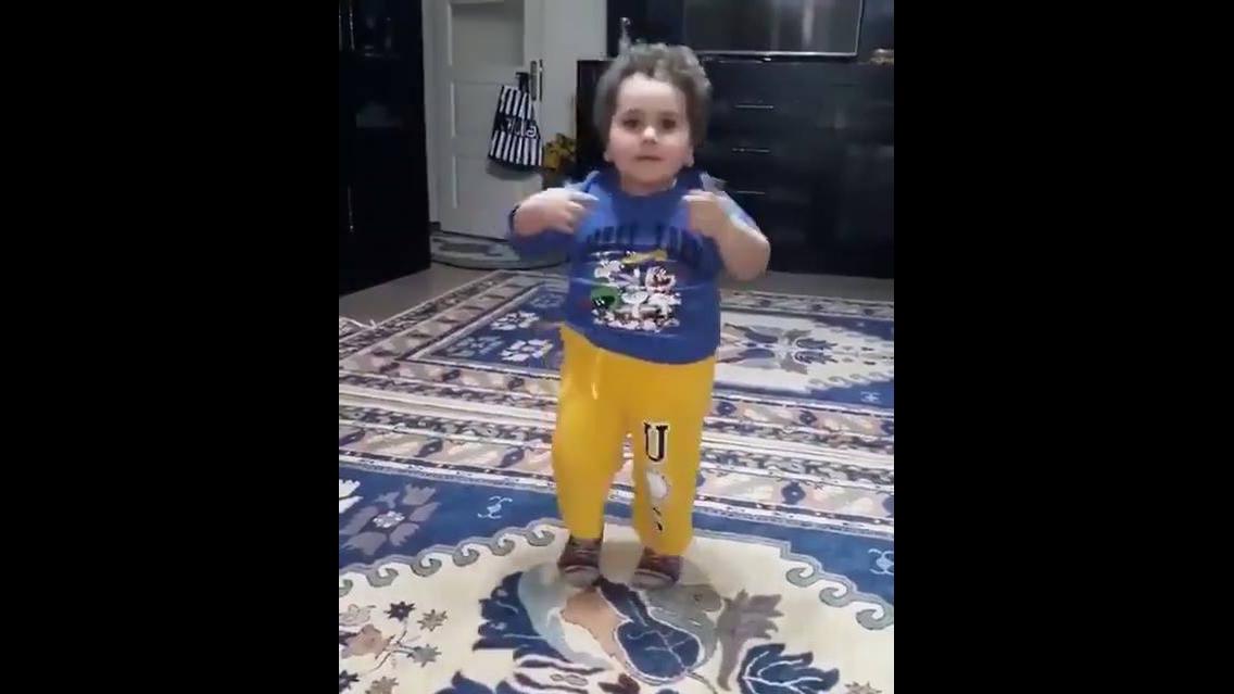 Garotinho dançando musica árabe, olha só como ele manda bem!!!