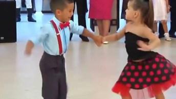 Garotinho E Garotinha Dançando Vários Ritmos De Uma Maneira Linda E Fofa!
