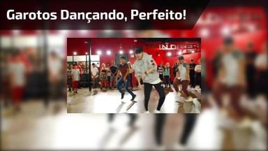 Garotos Dançando, Olha Só A Sincronização Destes Rapazes, Eles Mandam Bem!