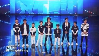 Grupo De Crianças Se Apresentando Em Show De Talentos, Olha Só Lindos!