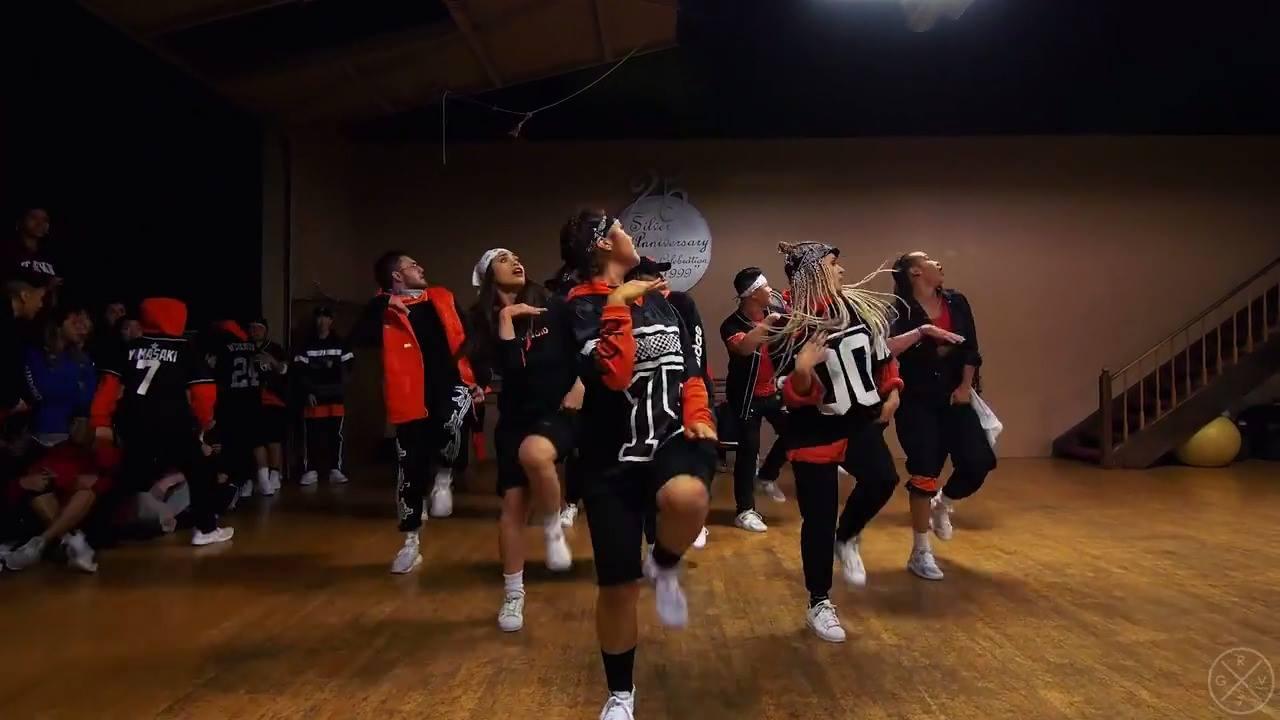 Grupo de dança arrasado em apresentação