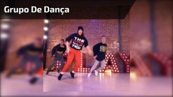Grupo De Dança Fazendo Apresentação, Olha Só Estes Passos Sincronizados!