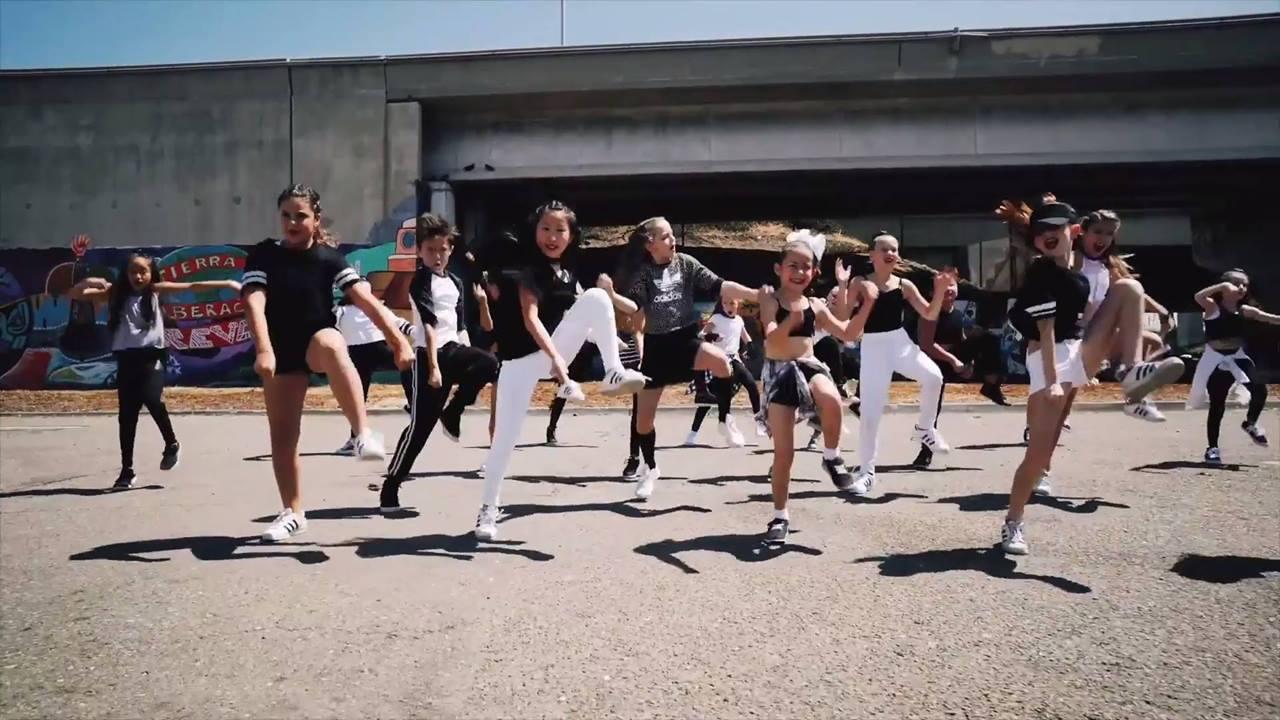 Grupo de meninas de 7 a 12 anos dançando