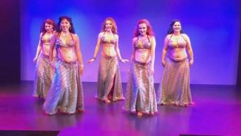 Grupo De Mulheres Dançando A Dança Do Ventre, Uma Dança Muito Bonita!