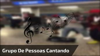 Grupo De Pessoas Dançando E Cantando Na Estação, Muito Talentosos!
