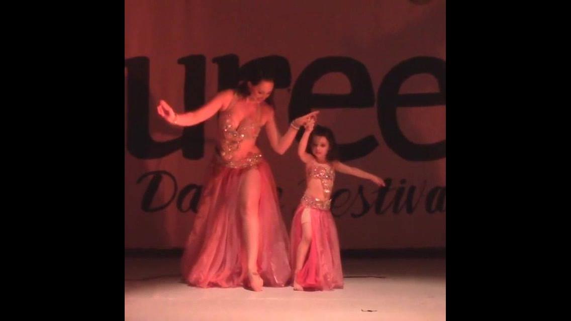 Mãe e filha dançando dança do ventre, que cena mais linda, confira!