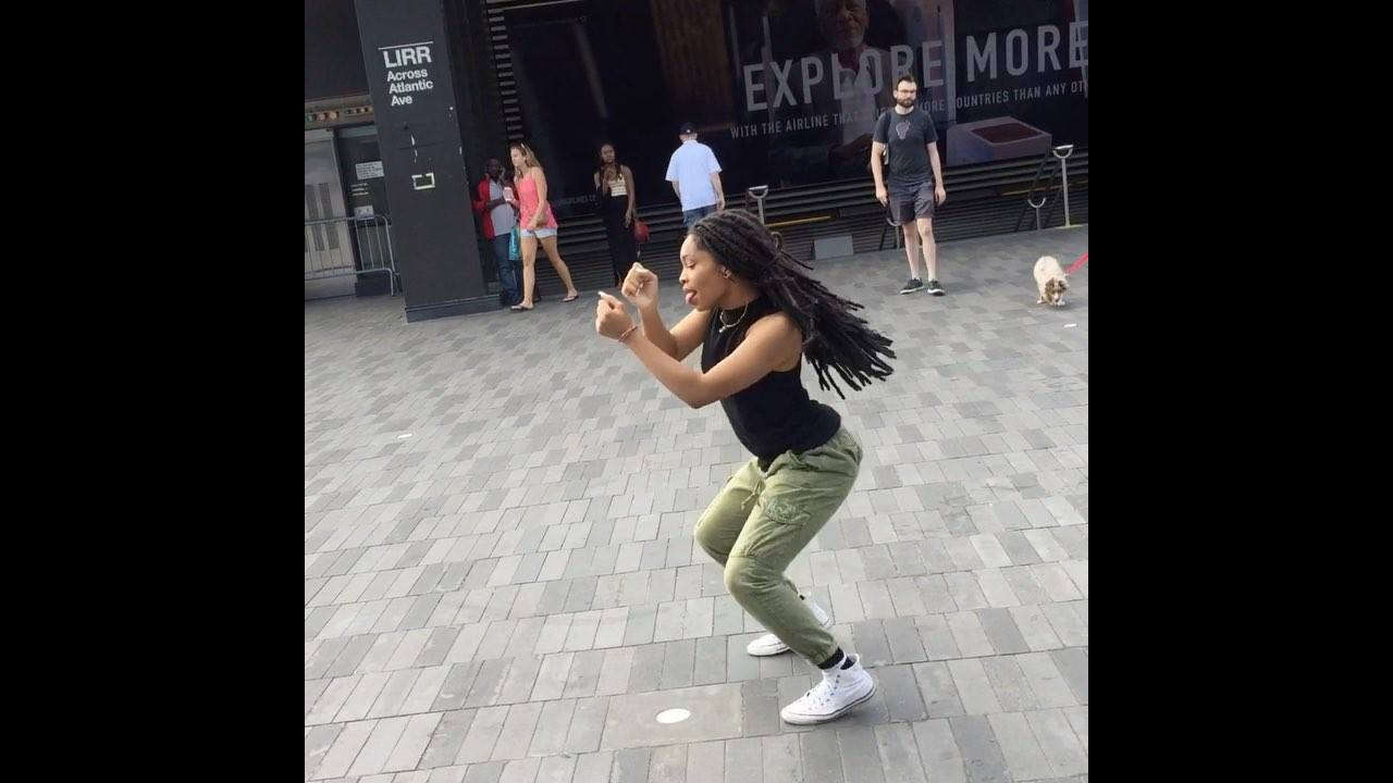 Moça dançando lindamente na rua, olha o show que ela da! Maravilhoso!!!