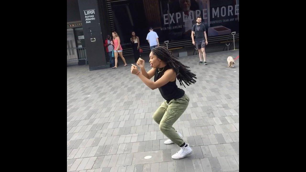 Moça dançando lindamente na rua