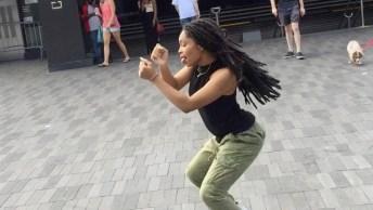 Moça Dançando Lindamente Na Rua, Olha O Show Que Ela Da! Maravilhoso!