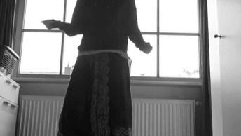 Moça Dançando Shuffle, Um Dos Ritmos Eletrônicos, Vale A Pena Conferir!
