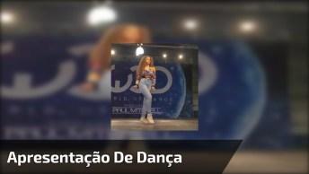 Mulher Fazendo Apresentação De Dança Robótica, Você Vai Adorar!