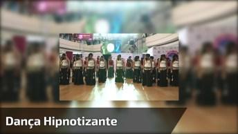 Mulheres Se Reúnem Em Shopping E Fazem Apresentação De Dança Hipnotizante!