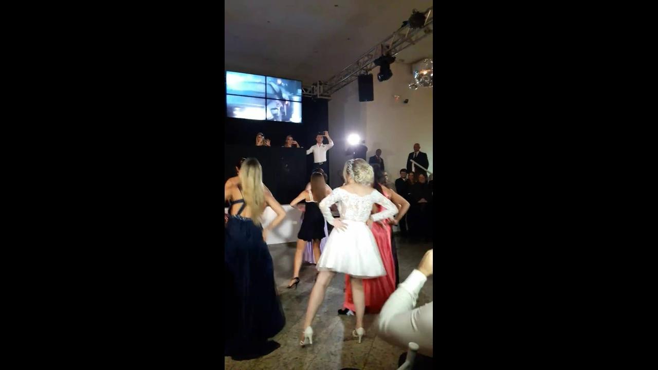Noiva faz apresentação de dança da musica Bang