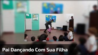 Pai Dançando Com Sua Pequena Filha Em Uma Apresentação Escolar!