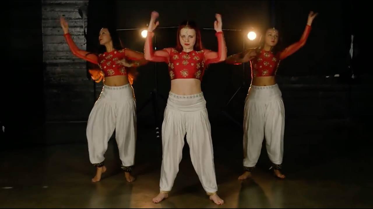 Performance maravilhosa de dança indiana