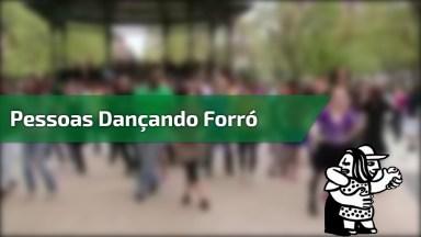 Pessoas Dançando Forro Em Praça, Olha Só Que Galera Animada!