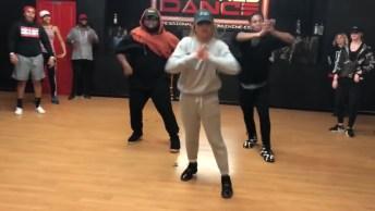 Trio Fazendo Apresentação De Dança Sincronizada, Ficou Bem Legal!