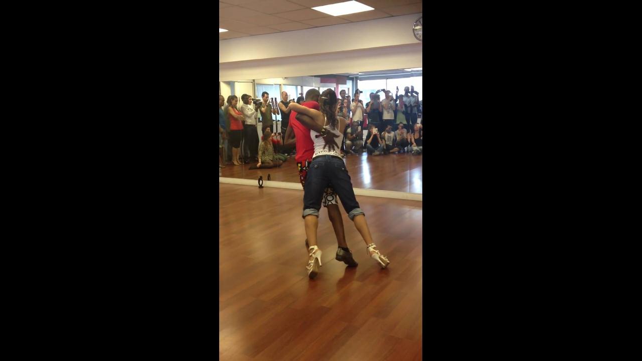 Vídeo com casal dançando Kizomba na Espanha