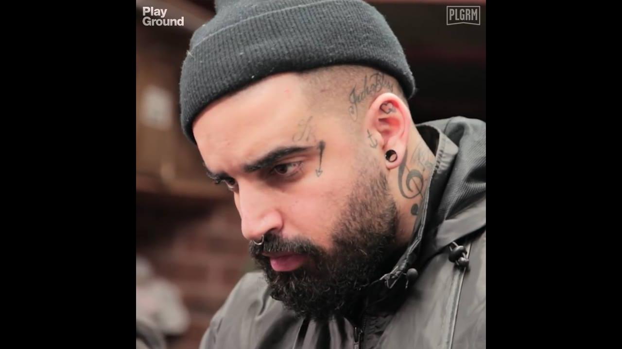 Cabeleireiro corta cabelos de pessoas sem lares