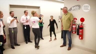 Fã Deste Grande Ator! Johnny Depp Visita Crianças Em Hospitais!