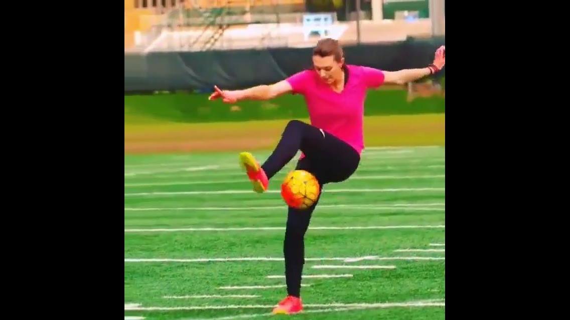 Depois dizem que mulher não sabe jogar futebol, veja que habilidade com bola!